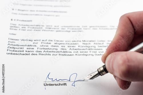 Unterschreiben eines Vertrages (hier: Arbeitsvertrag)\