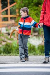 Kind mit Mutter beim Schutzweg