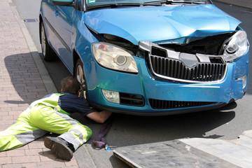 Unfallfahrzeug und Abschleppdienst
