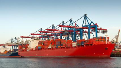 Containerfrachter in Hamburg