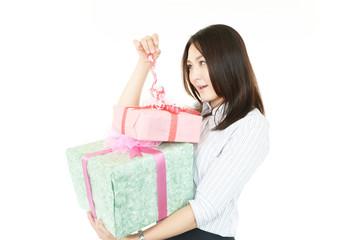 プレゼントを持ち喜ぶオフィスレディー