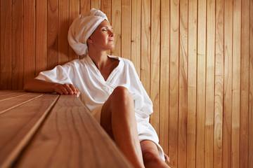 Ältere Frau entspannt in Sauna