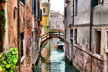 Fototapete - Quaint canal in historic Venice (with HDR processing)