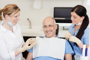 zufriedener patient beim zahnarzt