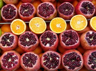 Granatäpfel und Orangen an einem Straßenstand in Istanbul
