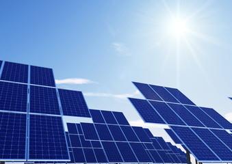 Feld aus Türmen mit Solarzellen