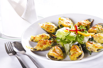 Cheesy mussel dish, Baked mussels with cheese and garlic