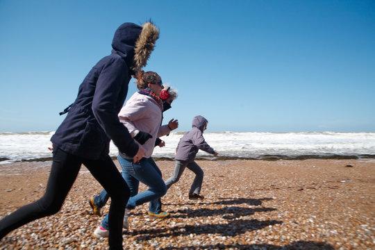 Famille courant sur une plage