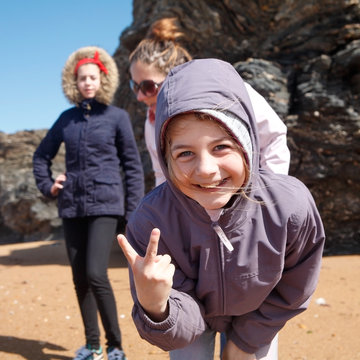 Trois enfants sur la plage au printemps