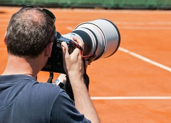 Photographe sur un terrain de tennis