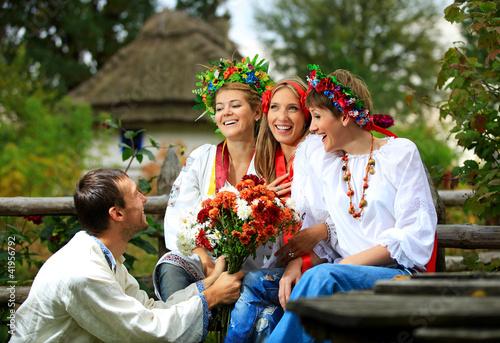 Русская молодежь на даче празднует День студента и