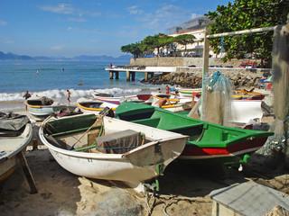 Barques de pêcheurs sur la plage de Copacabana - Rio, Brésil