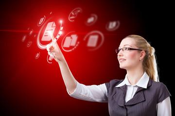 junge blonde Frau drück auf virtuellen Dokument-Button