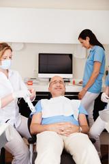 entspannter patient beim zahnarzt