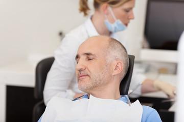 patient in der zahnarztpraxis