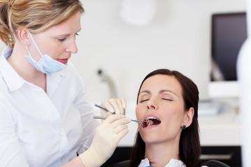untersuchung beim zahnarzt