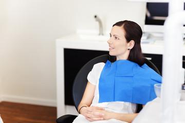 patientin wartet auf den zahnarzt