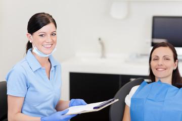 arzthelferin und patientin beim zahnarzt