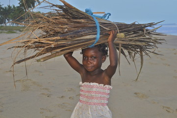 Feuerholz sammeln - Kinderarbeit in Afrika