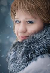 зимний портрет  молодой девушки в меховой шубе