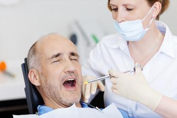 patient bekommt eine spritze beim zahnarzt