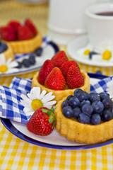 Erdbeer- und Blaubeerkuchen