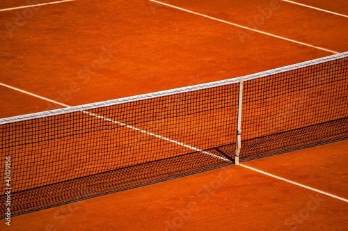 filet et terrain de tennis en terre battue photo libre de droits sur la banque d 39 images. Black Bedroom Furniture Sets. Home Design Ideas