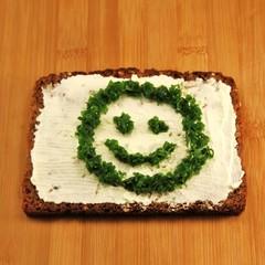 Schnittlauch gesicht auf Brot