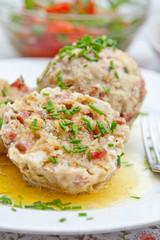Semmel-Wurst-Knödel mit Tomatensalat