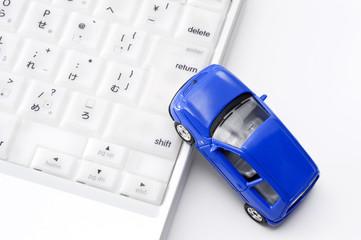 ミニチュアの自動車とコンピュータ
