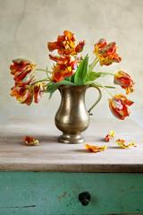 Dekoratives Stilleben mit Tulpen