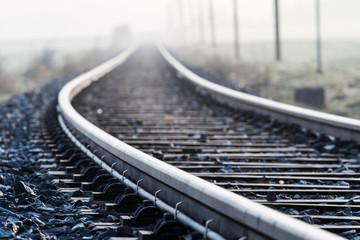 In de dag Spoorlijn Einspurige Bahnlinie im Morgennebel