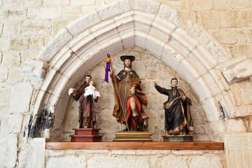 Antiguas imágenes en una iglesia románica