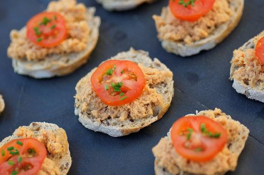 toast de rillettes de saumon tomate cerise 3