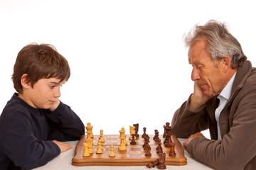 Schach spielen jung gegen alt - Großvater gegen Enkelsohn