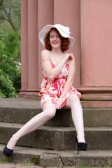 Lachende Frau im Park mit Hut