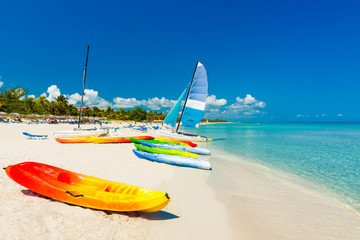 Poster Caraïben Boats on a tropical beach in Cuba