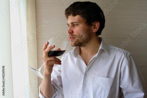 Сексульный мужчина с бокалом