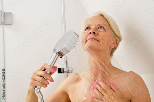Seniorin unter der Dusche Stockfotos und lizenzfreie