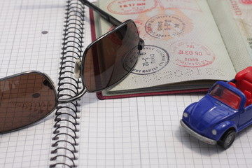 Reisepass mit einem Auto und Sonnenbrille