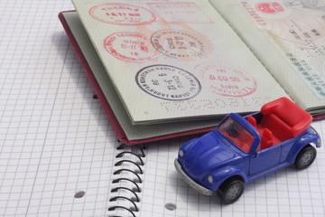 Reisepass mit einem blauen Auto