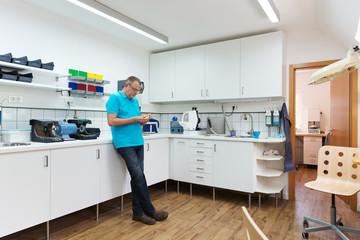 zahntechniker in seinem labor