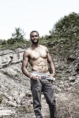 Mann mit nacktem Oberkörper outdoor