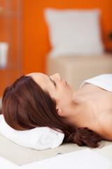 entspannte frau im wellnessbereich