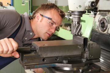 Mechaniker an der Fräsmaschine