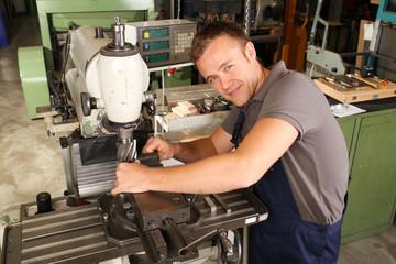 Mechaniker an Fräsmaschine