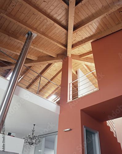 Soffitto di legno a vista per una casa con soppalco for Soffitto a vista