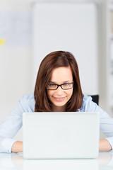 geschäftsfrau liest am laptop