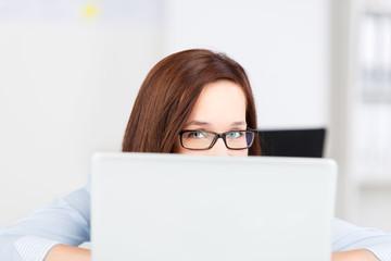geschäftsfrau schaut über monitor