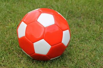 Ein  weiss roter Fussball